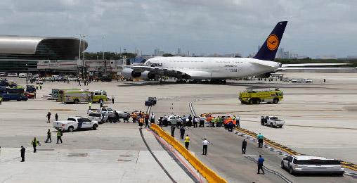 მაიამის აეროპორტში ორსართულიანი ავტობუსი ესტაკადას შეეჯახა