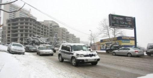 თოვლის გამო ავტომანქანებს მოძრაობა უჭირთ