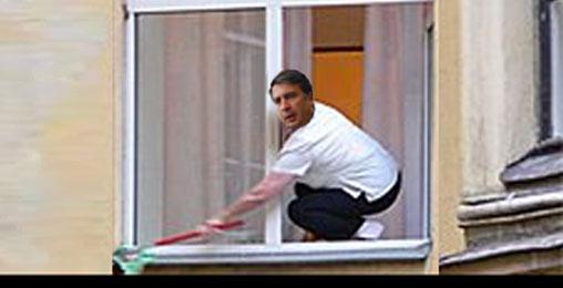 """""""ნაცების"""" ოფისში ჩაკეტილი პრეზიდენტი დაცვამ ფანჯრიდან გააპარა"""