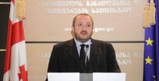 საქართველოს პრეზიდენტი ზურაბ აზმაიფარაშვილს ულოცავს