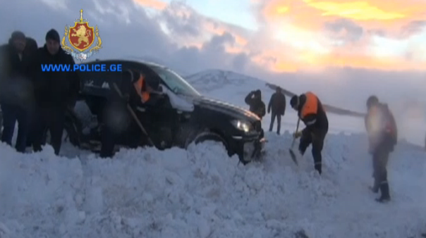 ნინოწმინდის რაიონში მაშველებმა თოვლიდან 100-მდე ავტომანქანა გამოიყვანეს