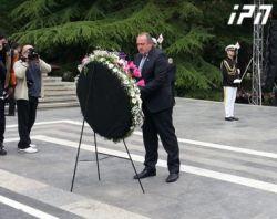 საქართველოს პრეზიდენტმა უცნობი ჯარისკაცის საფლავი გვირგვინით შეამკო